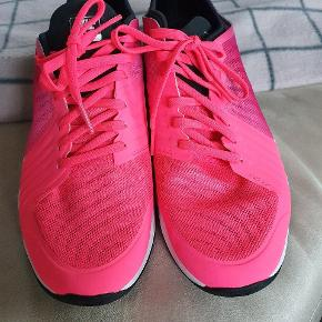 Super fine sko kun lige prøvet indendøre, desværre for store til mig, skøn farve.