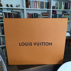 Helt ny Louis Vuitton gaveæske/opbevaringskasse, i stor udgave. Med magnetlukning.