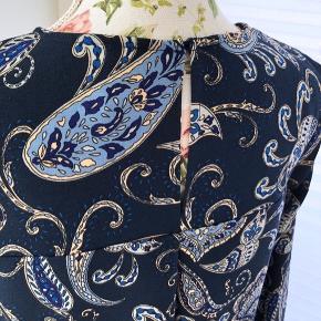 -Bindebånd på ærmer  100% Polyester  For flere billeder se i kommentar.  Se også mine andre annoncer ;)  # Detailed dress Ties on sleeves Pattern Detaljeret kjole Mønster