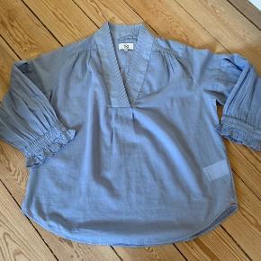 Super fin lavendelblå bluse med fine detaljer. Str 40/M. Helt ny.