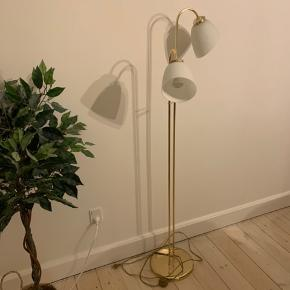 Smuk retro lampe med lettere patina på foden, som giver det skønne retro look, sammen med grønne hvide lampe skærme i glas.