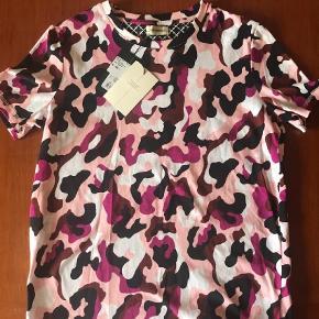 Varetype: T-shirt Farve: Army Oprindelig købspris: 899 kr. Prisen angivet er inklusiv forsendelse.  Lækkert army T-shirt  Nypris 899