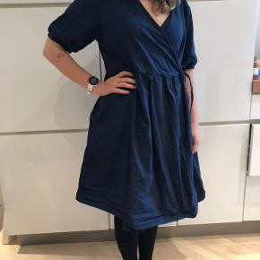 Vasket en gang og brugt en gang. Stor i størrelsen. Slå om kjole.
