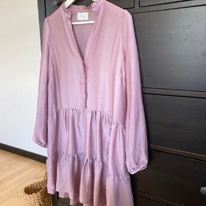 Flot kjole i let stof. Str xs, men stor i str.   Oprydningssalg grundet flytning, afslag i pris ved køb af flere dele 🌸