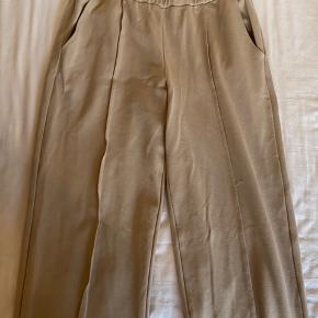 Flotte bukser i beige fra PIECES, som desværre er købt i en forkert størrelse. De er aldrig brugt, og fremstår derfor helt nye.  Tjek gerne min profil, da jeg også har en masse andet til salg🥰