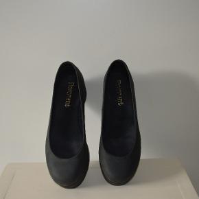 Sælger skoene da jeg ikke selv kan passe dem og derfor ikke får dem brugt.  Det er en størrelse 37
