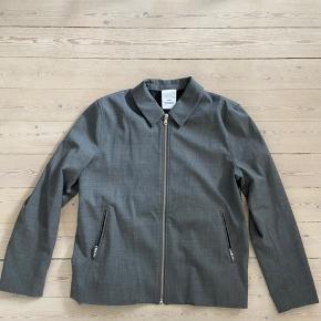 Fed blazer/overshirt fra Won Hundred brugt 2 gange og fremstår helt ny. Lavet af 54% polyester, 44% uld og 2% elasthan. Kan bruges både til lidt pænt og casual brug.  Bud er velkomne men bytter ikke.