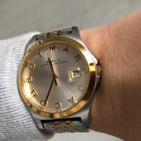 Sælger mit smukke smukke ur ✨ skriv for flere billeder 📸 Jeg har desværre ikke æsken eller ekstra led til uret længere, men uret fremstår i fin stand! Uret har tilmed dato indbygget, som meget nemt kan indstilles. Mit håndled måler ca. 15,5-16 cm, så du kan bedømme herudfra ☺️ Jeg bytter IKKE og prisen i opslaget er absolutte mindste pris ☺️