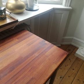 Flot træplade bord i mørkbejset træ med runde metalben. Så smukt. Desværre mangler jeg plads i min lejlighed.✨ Måler 135 x 61 cm og er 73 cm højt. Har enkelte brugsdpor, men det er meget lidt og kan evt slibes og omlakeres.