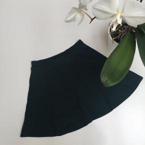 Mørkegrøn nederdel fra Bershka. Str. M, men fitter også en S.