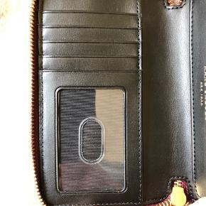 Virkelig smuk pung, i Pebblet læder. Fremstår som ny og ubrugt. 15.5 x 10 x 2.5 cm. Sender gerne mod betaling af porto, samt evt TS gebyrer. BYTTER IKKE.