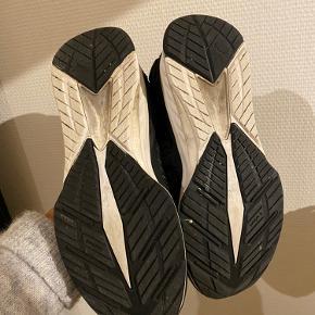 Skoen er en str. for lille. Får den derfor ikke brugt