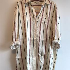 Super lækker i oversize skjorte i strib. Har lidt shine i stoffet. Jeg vil tro, at størrelsen svarer til en str. 40