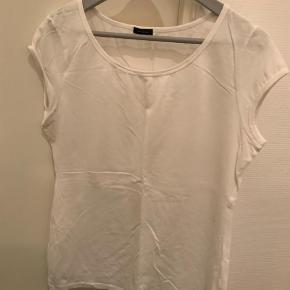 Varetype: T-shirt Farve: Hvid  Lækker T-shirt i bomuld fra Hilfiger.  Bytter ikke og handles der over TS, tillægges gebyr
