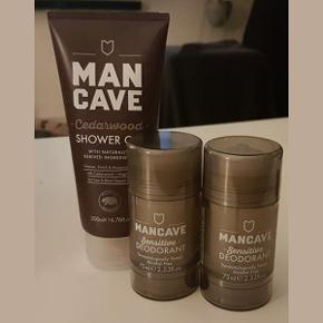 Sæt med showergel og deodorant:   * Mancave Cedarwood Shower Gel 200 ml. med naturlige ingredienser.  Hvis du savner en frisk og god shower gel til badet, så er Mancave Cedarwood Shower Gel den helt rette for dig. Her får du en velduftende gel, som er perfekt til enhver mands bad.  Mancaves showergel har en høj koncentration og en god konsistens, så du vil opleve, at den er nem at bruge i badet og løber ikke bare ned ad dig. Den har en god skummende effekt uden at være for tyk, når du bruger den i badet.  Ingredienser: Olier fra te træet er antiseptiske, så du undgår irritationer. L-Arginine tilfører huden energi. Aloe Vera beroliger og beskytter huden.  Værdi: 69 kr. Pris: 40 kr.  * 2 x Mancave Sensitive Deodorant (75 ml), ikke brugt!  Mangler du en deodorant som er mild, men som også holder dig frisk hele dagen, så er Mancave Sensitive Deodorant det rette valg for dig. Her får du en Roll-on deodorant, som har en maskulin duft uden at være for kraftig.  Mancave's Deodorant indeholder intet alkohol eller aluminium, da det udtørrer huden og gør det svært for huden at ånde. Deodoranten inderholder derimod naturlige bakteriedræbere og er derfor rigtig god og effektiv.  Ingredienser  Antibakterielle olier sikrer mod svedlugt. Ekstrakt fra hvide teblade blødgøre huden. Aloe Vera beroliger og beskytter huden.  Indhold: 75 ml.  Værdi: 89 kr. (pr. stk.) Pris: 40 kr. pr. stk.  100 kr. for alle 3 dele - sender gerne :-)