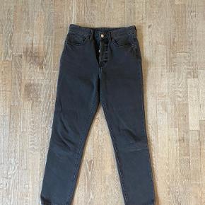 Sort/grå jeans fra H&M i str 28. Modellen er vintage fit High waist.