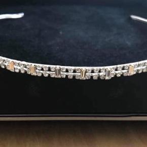 Smukt enkelt og funklende diadem - stål med krystaller. Justerbart.  Købt i lille butik i København til 699kr.  Brugt en gang.  Sælges for 400kr pp
