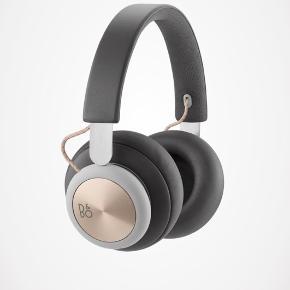 Høretelefoner fra B&O sælges. Fejler intet. Ingen slidstegn, og de er kun 1 år gamle. Np var 1699, bud ønskes. Bud under 900 ignoreres. Bytter ikke.