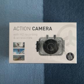 Sælger denne Action Kamera (GoPro style) med diverse tilbehør, som jeg har fået i gave. Den er uåbnet og er derfor helt ny. Kameraet har et 1,3mp CMOS sensor og optager 720p video med mulighed for at få op til 5mp billeder. Den tager Micro SD kort og der medfølger en masse tilbehør i æsken så som vandtæt cover, 8gb micro SD kort med mere.