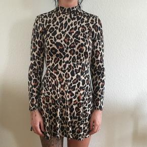 Super lækker leopard skater-dress fra BooHoo med high-neck. Str. 10 / svarer til 38. Aldrig brugt og stadig med prismærke i  Kan afhentes i Aalborg Øst eller sendes på købers regning. Kan evt. leveres i Aalborg-området mod nærmere aftale.  Nypris: 250kr. Sælges for: 110kr.