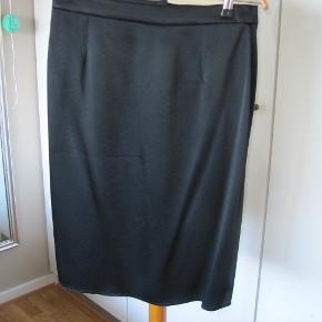 Super fed nederdel fra Lanvin med rå kanter. Den er aldrig brugt.  L:61 cm T:2x37  Mener købsprisen var omkring 6000 Passer str 36 og lille str 38