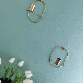 Fine lysestager til væggen i messing farve.