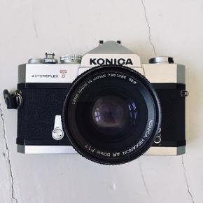 Super fedt oldschool kamera. Det er analog og fotograferer med småformatsfilm. Konica Autoreflex T.   Jeg har aldrig selv brugt det, men lukkeren og alt ser ud til at virke fint.  Kameraet bliver købt som beset, da jeg ikke har tid til at teste en film i det.  Men som sagt - alt ser ud til at være i fineste orden 😊 Og man er selvfølgelig velkommen til at se det først 😊  Gummigrebet på objektivet er gået op, som vist på billedet. Men det har intet med kameraets funktioner at gøre. Og kan bare limes fast 😊  Bytter desværre ikke, men sender gerne med dao for købers regning 😊  Søgeord: Analog kamera / Fotoapparat / Retro kamera / småformat / Konica Autoreflex T /