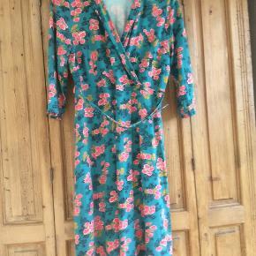 Skøn kjole med bælte. Sender med DAO Forsendelse 38kr