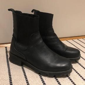Læderstøvler.