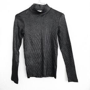 H&M sort og sølv bluse   størrelse: S   pris: 150 kr   fragt: 37 kr