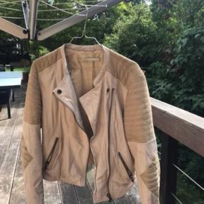 Ruskind/læder jakke, desværre er der kommet tusch på albuen. Ny pris ca. 1500 kr