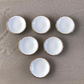 6 hvide skåle med guldkant fra Royal Copenhagen - B&G - Offenbach - Hartmann - 332  - kuvert smør/kaviar asiet  - smørskåle  - sojasovs skåle til sushi - askebæger - Ø= 9,5 - H=1,8 cm.  Pr stk. 75kr.  Befinder sig i Aalborg sø
