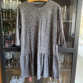 Super fin og luftig kjole fra Moss Copenhagen.  Kan hentes i Næstved eller sendes på købers regning.
