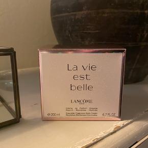 Sprit ny lancome body creme la vie est belle str 200 ml stadig i æske sælges. Nypris 550,- Bytter ikke