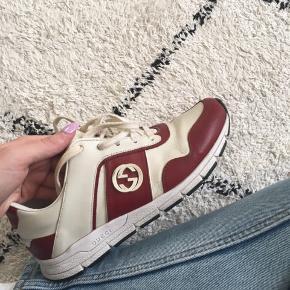 Gucci sneaks købt tilbage i 2016. Skoene er ret slidte på indersiden, hvilket kan ses på billederne, og derfor er prisen også sat derefter. Skoene sælges inkl. original æske og dustbag. Skoene sælges til højst bydende.