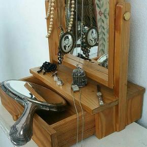 Fint smykkeskrin med spejl og lille skygge kr 95 Diverse smykker : #Audrey Hepburn #Fuglebur#broche#påfugl#øreringe#perler