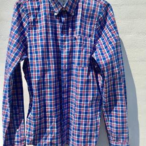 Lækker herre skjorte fra Abercrombie ...  Ingen slid mærker eller huler . Brugt max 10 gange .. Flot til jeans eller ens farvede bukser ...  Kan også bruges stående åben med en hvid T-shirt under ...