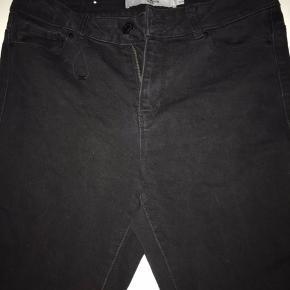 Vero moda sorte jeans. Str. 34 men er meget stretchy, så de kan passes af folk der bruger helt op til 38 som mig selv. Dog sidder de lidt stramt😉
