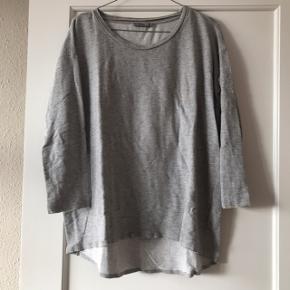 Grå sweatshirt fra Cos i str. M 🌷 har flotte neon meleringer i stoffet, der giver et lækkert spil! Uden syninger i bunden.   Bemærk - Sendes med DAO (33kr), bytter ikke og sender ikke billeder med varen på ⭐️☺️
