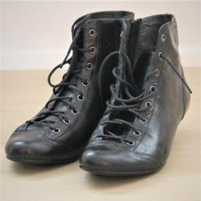 Lækre kvalitetsstøvler med lav hæl. Flot vintage eller retro stil. Brugt få gange.