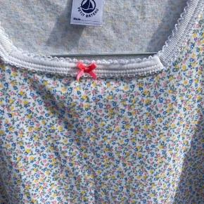 Skøn kortærmet natkjole med småblomstret mønster.  Bytter ikke.