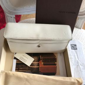 Louis Vuitton Sarah pung i creme EPI læder.  Datokode: CA3088  Pungen har: 4 store rum - den ene med lynlås. 10 kort- lommer. Tryklås lukning.  Størrelse large: L=19 * H=10 * B=2½ cm.  Leveres med Kvittering, LV papirer, dustbag og box.  Pungen er brugt og har brugsspor på hjørner,  Kom med et bud!