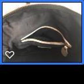 Chloé Paraty taske i brugt men super god stand. Medium størrelse i sort læder med guld hardware.  5.000 kr. er min mindstepris og jeg bytter IKKE.  Taske Farve: Sort/guld hardware Oprindelig købspris: 11000 kr.