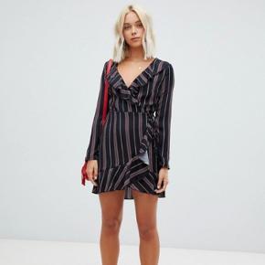Wrap kjole fra asos, kom med posen igår, helt ny, kun prøvet på én gang. Fejler intet. Sælges til 95 kr.