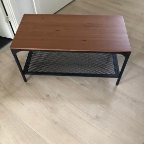 Super fin stand! Sælges kun da vi har fundet et andet sofabord, der passer bedre til vores sofa.   Mål: L: 90 cm B: 46 cm H: 46 cm