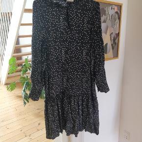 Super lækker kjole i fint print. Går til knæene (jeg er 165 cm høj) 🖤