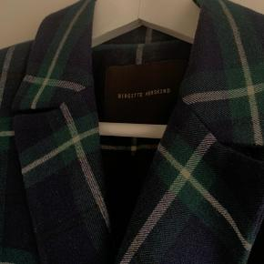 Fin, klassisk og stilren blazer fra Birgitte Herskind. Den er kun blevet brugt en enkelt gang.