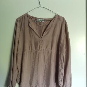 Fineste langærmede bluse fra Selected. Kun brug og vasket en enkelt gang. Stoffet er lidt skinnende i det, hvilket giver en fed effekt til blusen.