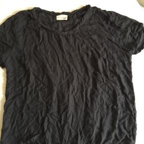 American Vintage blouse med twisted halskant og crimckle effect 100% Viscose