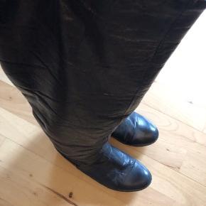 """Varme vinterstøvler i ægte, handskeblødt læder og varmt foret indvendigt. Mindre Kilehæl og solid gummi sål.  Stand: støvlerne er sat til """"slidt"""" da snørerne nederst er gået op og taget af. De er dog kun pynt og har ingen betydning. Vil tro, der nemt kan sættes en ny snor i. Støvlerne har været i brug, men udover ovennævnte fejler de intet.  Np. 1000,-   #Secondchancesummer  140,- + fragt. Sender med Dao kr. 37,-  Bytter ikke.  Kan afhentes i Odense.  MÆNGDERABAT 💛"""